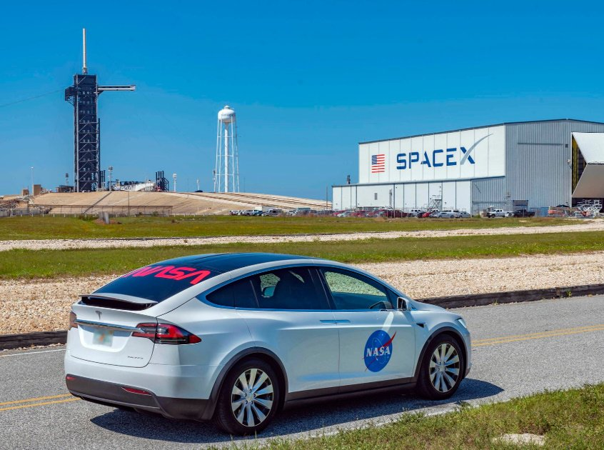 Pojazd, którym astronauci misji SpX-DM2 dotrą na wyrzutnię LC-39A w dniu startu / Credits - NASA, SpaceX