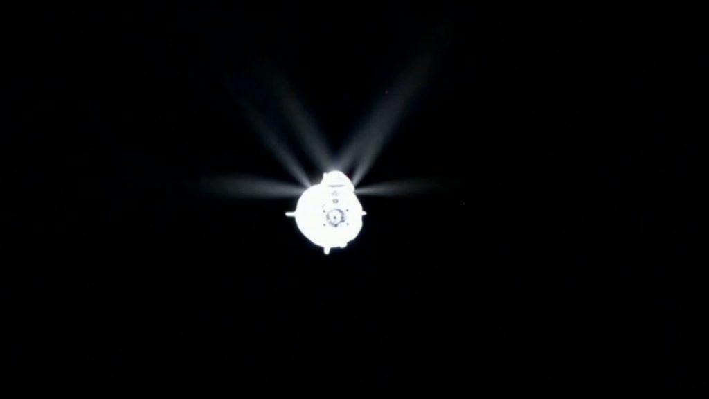 Dragon w pobliżu ISS - test systemów orientacji pojazdu / Credits - NASA TV, SpaceX