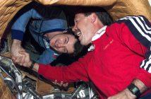 Przywitanie na orbicie - astronauta misji STS-71 oraz członek załogi lotu EO-18 na stację Mir / Credits- NASA