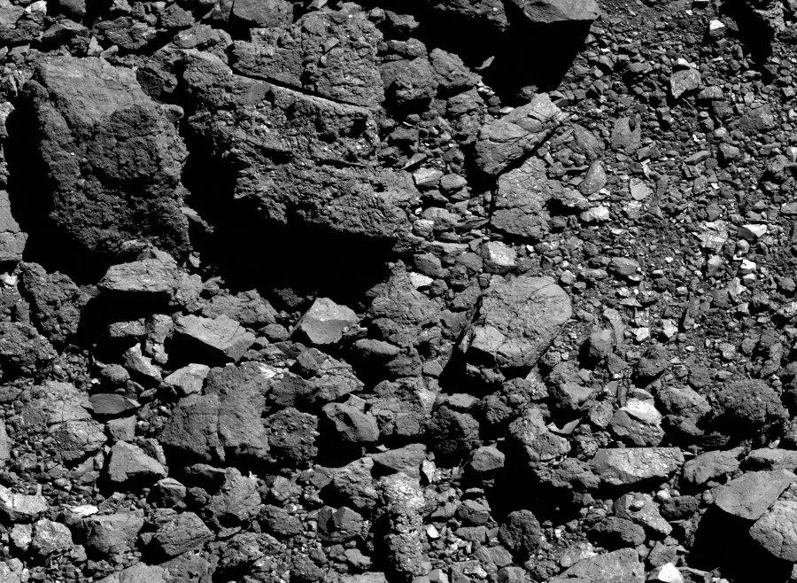 Przykład powierzchni Bennu z dala od lądowiska Osprey - widoczne głazy różnej wielkości, z których część jest pęknięta / Credits - NASA/Goddard/University of Arizona