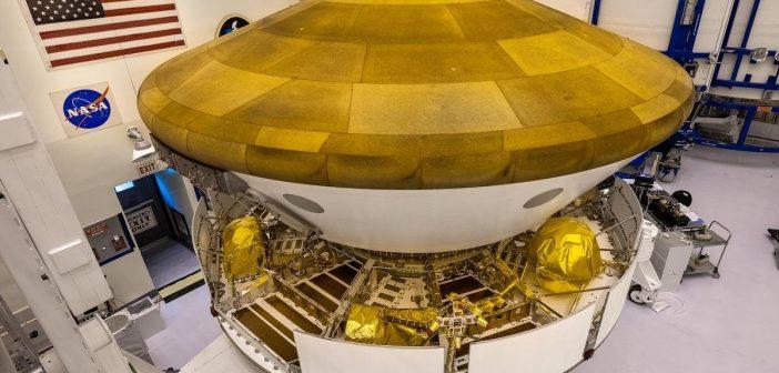 Mars 2020 - całość po złożeniu (osłona termiczna, schowany łazik oraz stopień międzyplanetarny) / Credits - NASA/Christian Mangano