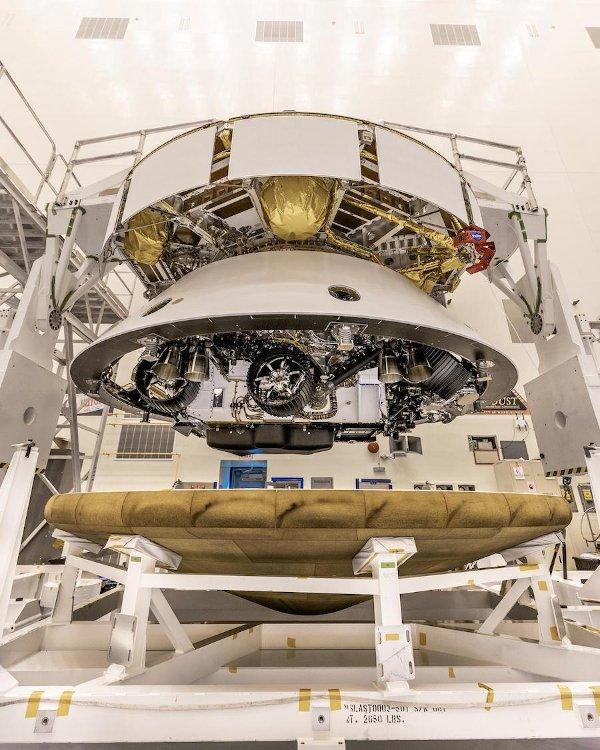 Składanie łazika Mars 2020 do konfiguracji startowej / Credits -  NASA/Christian Mangano