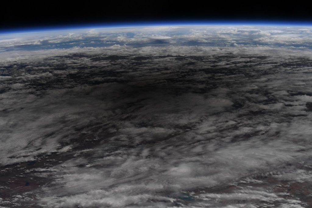 Spojrzenie z pokładu ISS na cień Księżyca podczas zaćmienia obrączkowego z 21 czerwca 2020 / Credits - NASA