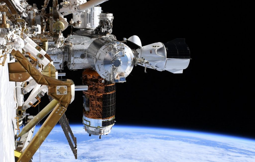 """Spojrzenie na kapsułę Dragon 2 oraz japoński statek HTV z perspektywy """"końca"""" kratownicy Stacji - spacer EVA-65 / Credits - NASA"""