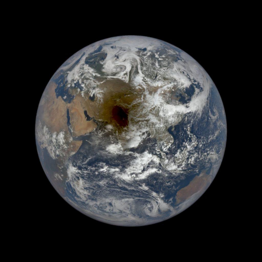 Ujęcie Ziemi z cieniem Księżyca okiem sondy DSCOVR / Credits - NASA