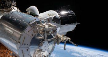 Zdjęcie kapsuły Dragon 2, wykonane podczas EVA-66 / Credits - NASA
