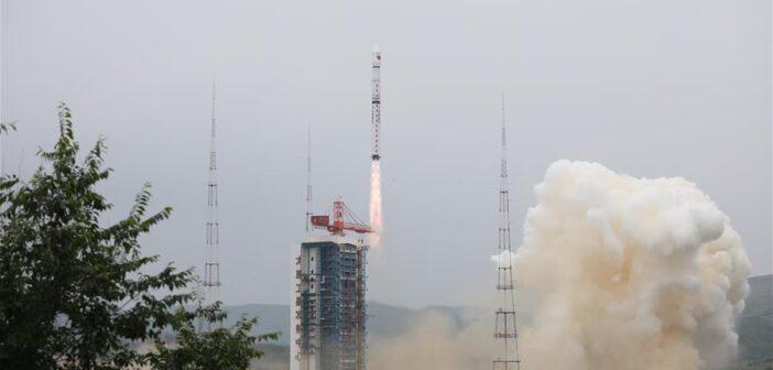 Udany start chińskiej rakiety z satelitą obrazującym