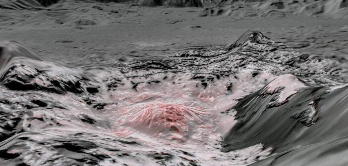 Spojrzenie na jasne twory wewnątrz krateru Occator - obraz powstały z danych misji Dawn. Czerwonawy kolor prezentuje pokłady soli oraz uwodnionych soli / Credits - NASA/JPL-Caltech/UCLA/MPS/DLR/IDA