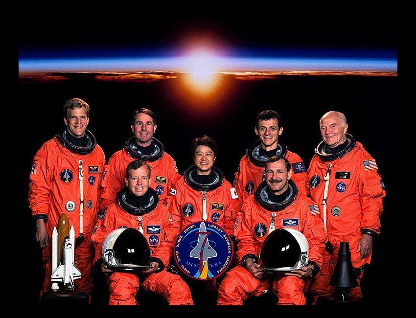 Załoga misji STS-95. Pedro Duque jest drugi od prawej w górnym rzędzie / Credits- NASA, ESA