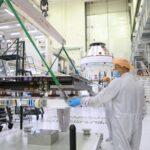 Instalacja paneli słonecznych do MPCV Orion dla misji Artemis-1 / Credits - NASA