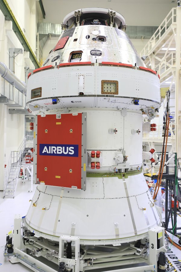 MPCV Orion po zainstalowanych panelach słonecznych (oraz założeniu osłon) / Credits - NASA