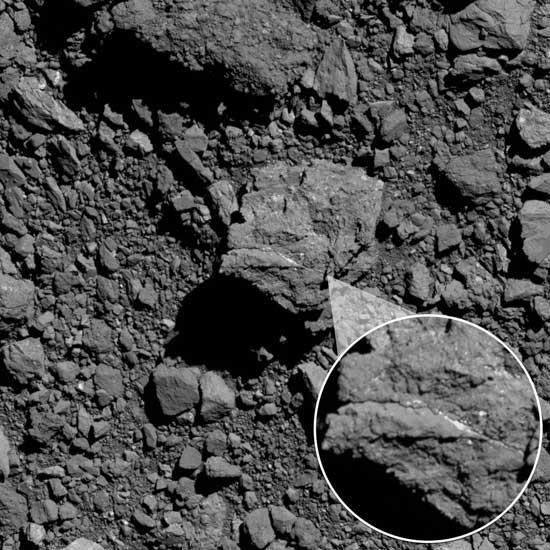 Żyłka węglanowa na głazie zaobserwowanym na planetoidzie Bennu / Credits - NASA/Goddard/University of Arizona