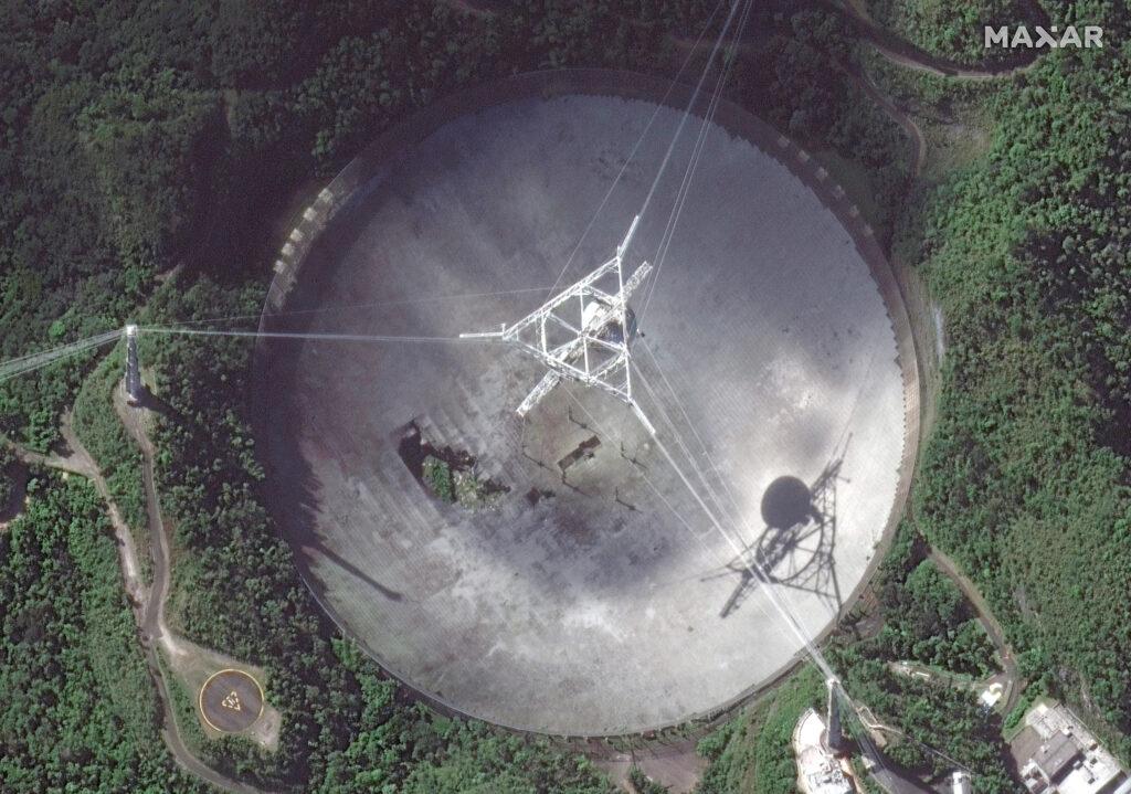 Satelitarne zdjęcie Arecibo z 17 listopada 2020 - widoczne znaczne uszkodzenia radioteleskopu / Credits - Maxar