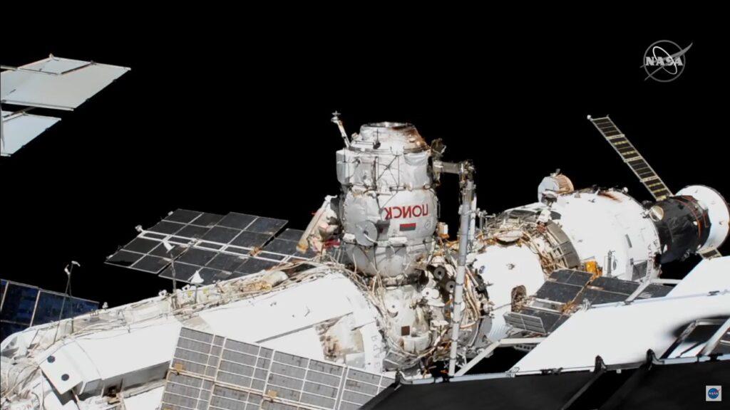 Spojrzenie na rosyjską część ISS - w środku ujęcia moduł Poisk i jeden z kosmonautów / Credits - NASA TV