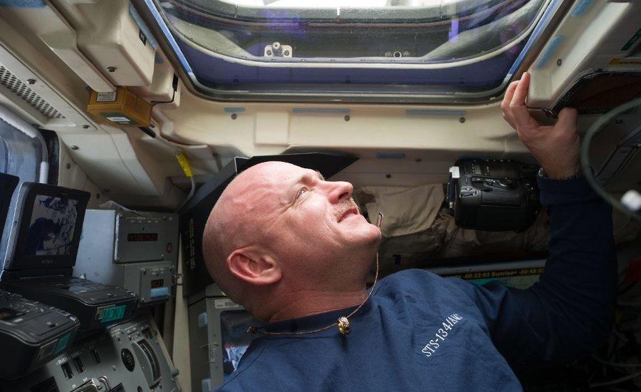 Mark Kelly  w trakcie misji STS-134 / Credits - NASA