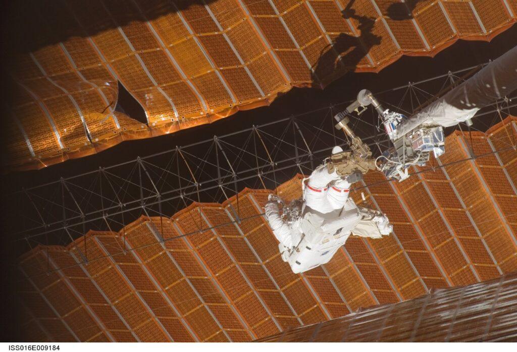 Naprawa paneli słonecznych podczas misji STS-120 / Credits - NASA