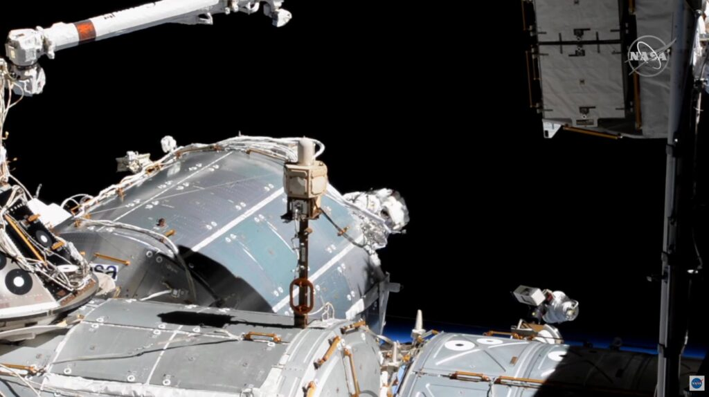 Prace przy module Columbus - EVA-69 / Credits - NASA TV