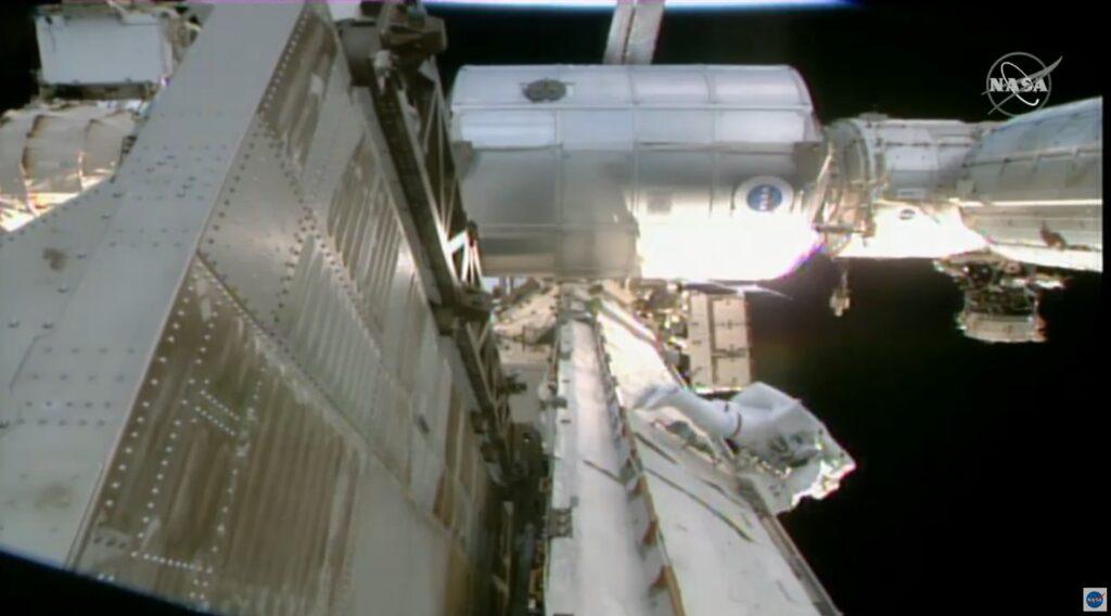 Prace na P6 kratownicy ISS - spacer EVA-69 / Credits - NASA TV