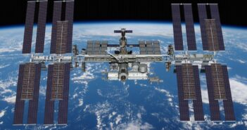 Grafika prezentująca sześć paneli iROSA / Credits - NASA