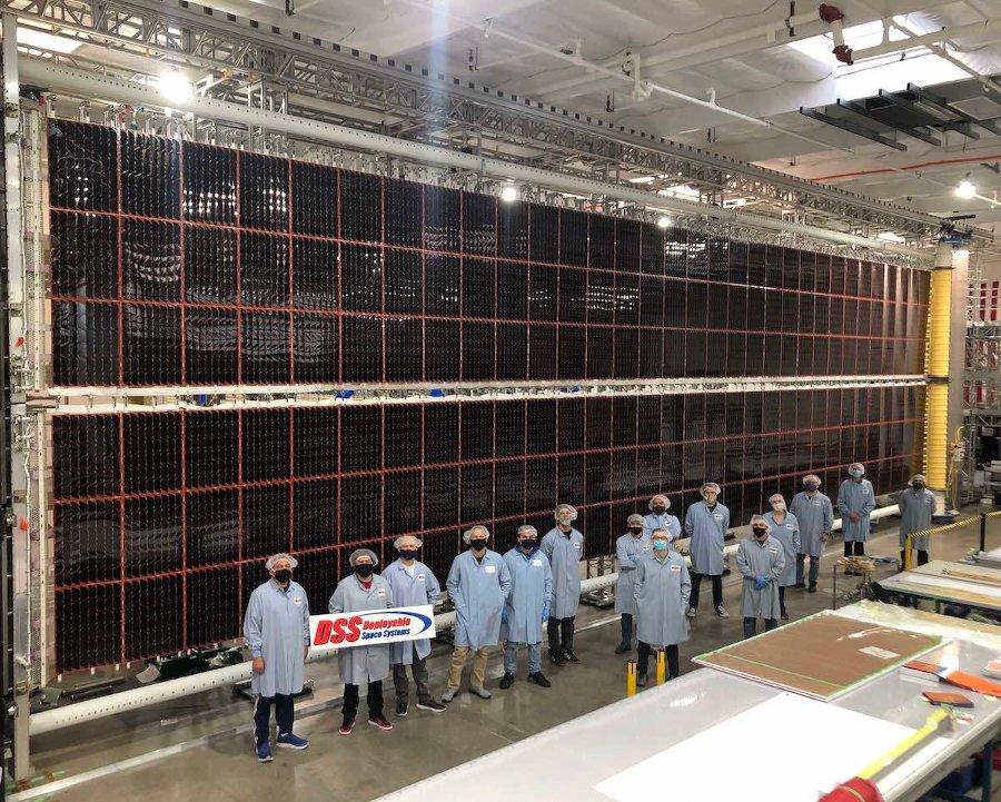 Pierwsze panele iROSA podczas końcowych testów / Credits - DSS, Boeing