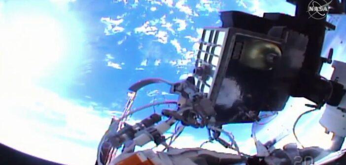 """Ujęcie z """"helmet cam"""" wykonane podczas spaceru EVA-70 / Credits - NASA TV"""