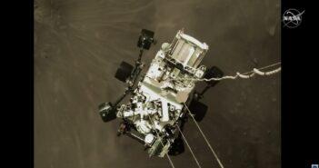 Łazik Mars 2020 spuszczany na powierzchnię Marsa, na wysokości około 2 metrów nad powierzchnią Czerwonej Planety / Credits - NASA TV