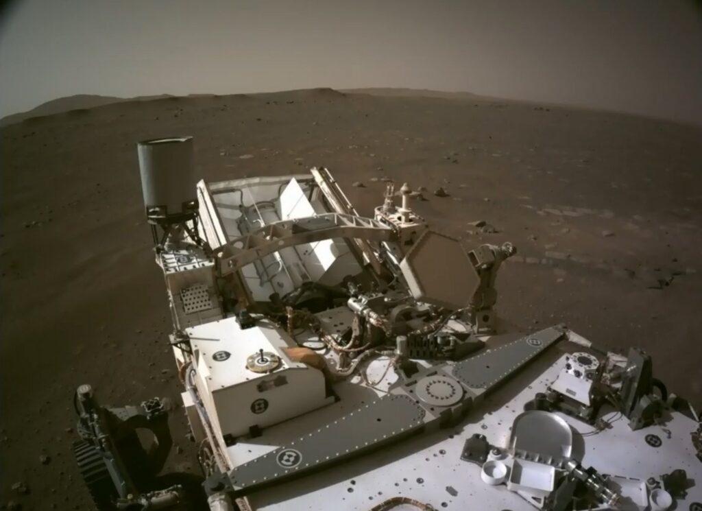 Pierwsze spojrzenie z rozłożonego masztu łazika Perseverance / Credits - NASA, JPL