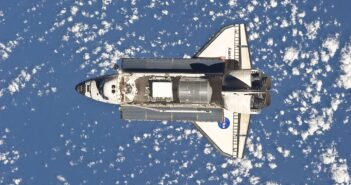 Prom Discovert zbliża się do ISS - misja STS-133 / Credits - NASA