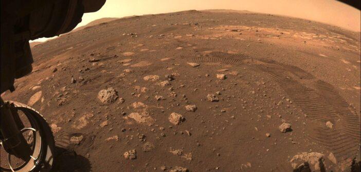 Ślady po pierwszej jeździe łazika Mars 2020 / Credits - NASA/JPL-Caltech
