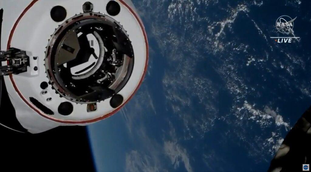 Crew-2 - załogowy Dragon w odległości 5 metrów od ISS / Credits - NASA TV
