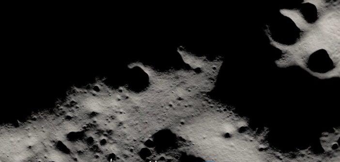 Cienie wokół południowego bieguna na Księżycu / Credits - NASA