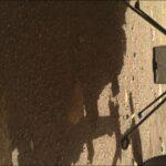 Ujęcie na helikopter Ingenuity podwieszony pod łazik Mars 2020 - cztery nóżki podwozia rozłożone. Zdjęcie z 1 kwietnia 2021 / Credits - NASA, JPL