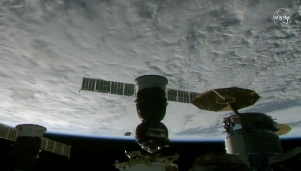 Tuż przed cumowaniem Sojuza MS-18 do ISS / Credits - NASA TV