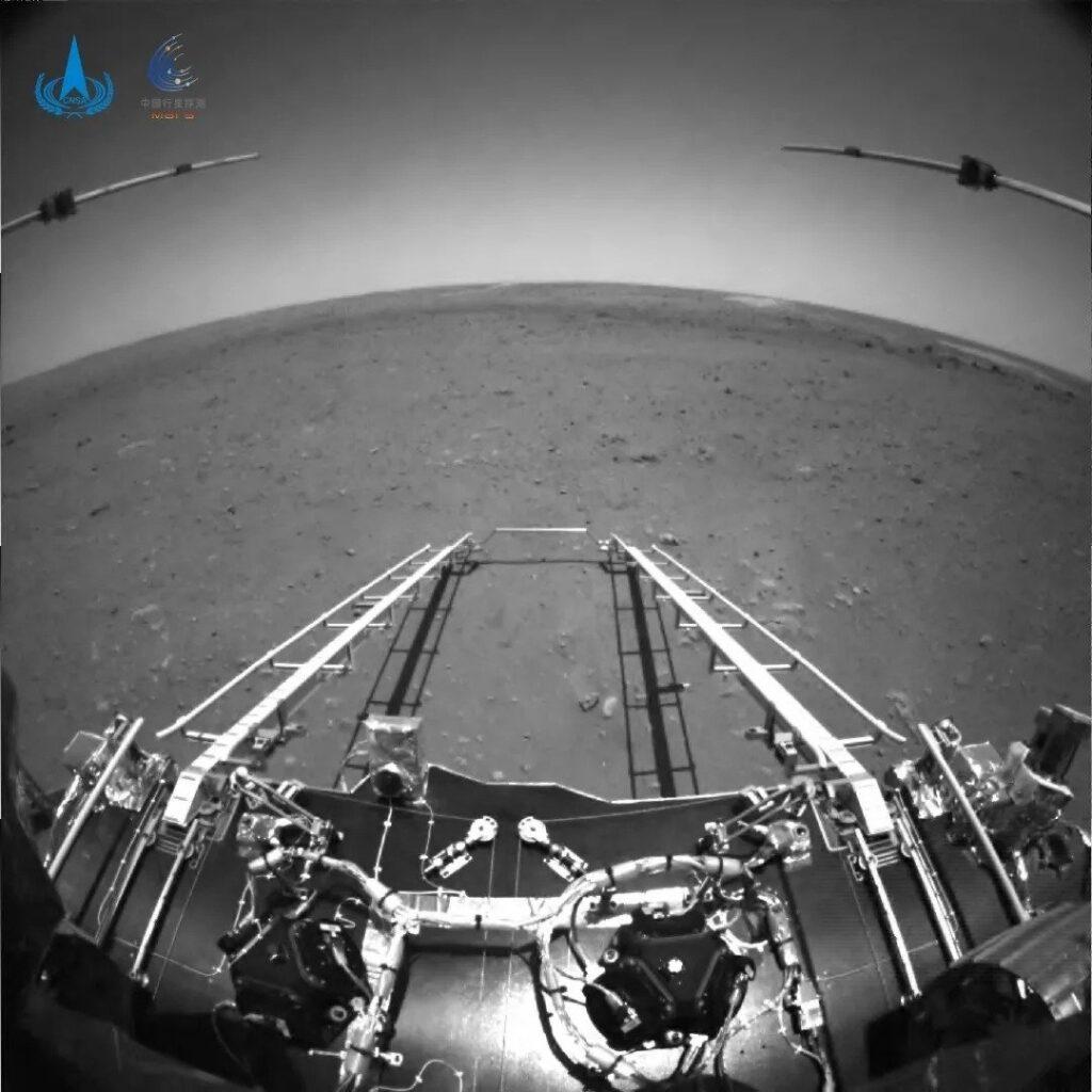 Zdjęcia rampy, po której zjedzie Zhruong na powierzchnię Marsa / Credits - CNSA