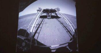 Zdjęcie wykonane po zjeździe Zhurong z lądownika / Credits - CNSA