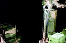 Thomas Pesquet trzyma zestaw paneli iROSA - spacer EVA-74 / Credits - NASA TV