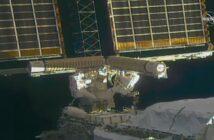 Prace przy pierwszym zestawie paneli iROSA - przełożenie części do końcowej konfiguracji (EVA-75) / Credits - NASA TV