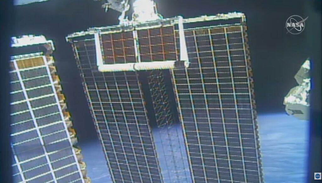 Rozwijanie pierwszego panelu iROSA - spacer EVA-75 / Credits - NASA TV