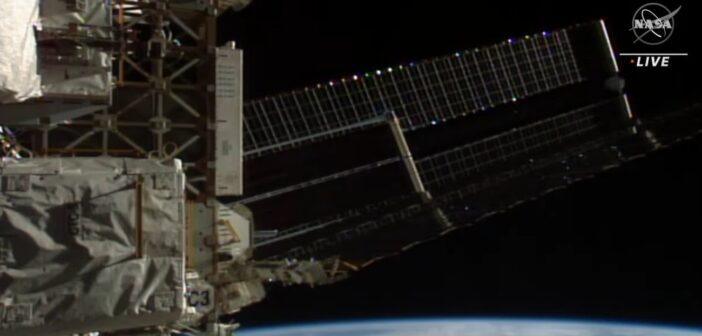 Drugi panel iROSA w trakcie rozkładania - EVA-76 / Credits - NASA TV