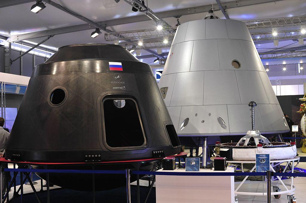Dwie różne makiety statku Orzeł. Zdjęcie z 2015 r. (fot. Roskosmos)