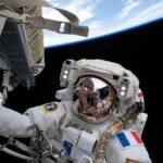 Zdjęcie z EVA-75 - Francuz Thomas Pesquet podczas prac przy panelu iROSA / Credits - NASA