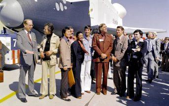 Gene Roddenberry i obsada Star Treka na tle wahadłowca Enterprise (źródło: strona główna NASA)